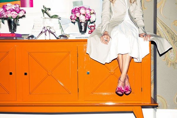 Sarah Jessica Parker, zapatos y un aparador naranja · Sara Jessica parker, shoes and an orange credenza