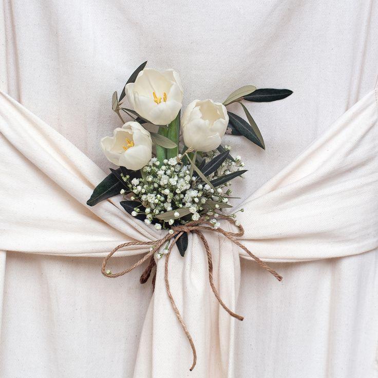 Dekoracje komunijne stołu, fot. Shutterstock #dekoracje #komunijne #stołu #obrus #róże #białe #bukiet #obrusowy #nietypowe #restauracja #dom #komunia #pierwsza #święto #celebrations #wedding #ideas #photos #white #rose #flowers #american #style #poland