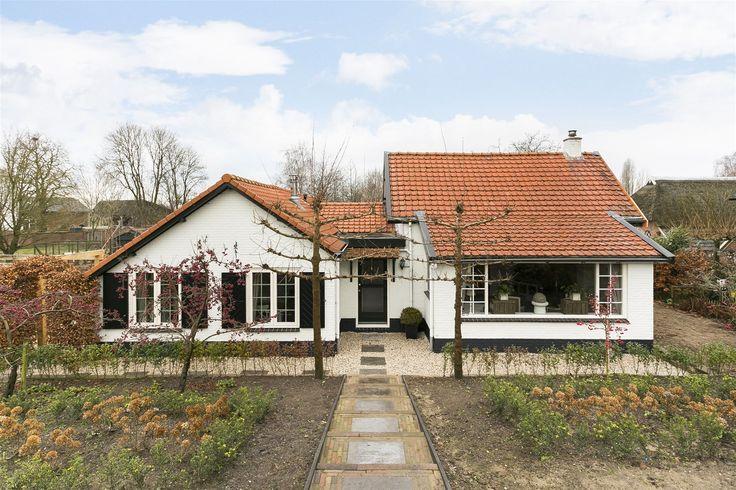 Op een fraaie locatie, in de luwte van de Bandijk en nabij rivier de IJssel gelegen, royale vrijstaande bungalow met vrijstaande garage, broeikas en een zeer