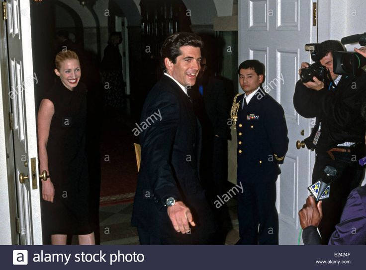1437-John Kennedy, Jr and wife Carolyn Bessette-Kennedy arrive for the State Dinner for British Prime Minister Tony Blair February 5, 1998 at the White House in Washington, DC.