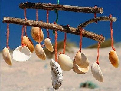 Espanta-espíritos feito de ramos de madeira e conchas
