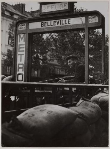Libération de Paris - matin du 22 août 1944 - F.F.I. en alerte devant une barricade d'une bouche du métro Belleville, 10ème, 11ème, 19ème et 20ème arrondissements, Paris. | Paris Musées