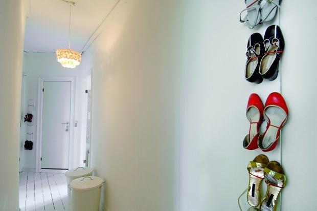 Love this idea for storing the heels.  Stil og kaos hos keramiker Anne Black - Boligmagasinet.dk
