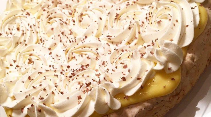 Min favorittkake! Ingredienser: 4 eggehviter 2 dl sukker 2 dl kokosmasse 50 g kokesjokolade 4 eggeplommer 100 g sukker 1 ts vaniljesukker 1 dl fløte 100g kaldt smør 3 dl fløte 1 ss sukker 1 pkkokte svisker evt plommesyltetøy Framgangsmåte: Bunn: Finhakk sjokoladen. Pisk eggehviter og sukker stivt. Bland så kokosmassen og den hakkede sjokoladen … Continue reading Islandskake →