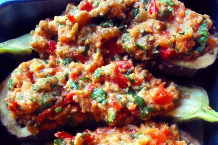 Dit recept voor gevulde aubergines uit de oven lazen wij in Allerhande. We pasten een paar kleine dingen aan om 'm nog lekkerder te maken. Succes verzekerd! Doe de aubergines in een ruime pan met kokend water en kook ze zo'n 6 minuten. Giet ze af en laat ze eventjes afkoelen. Haal met een lepel, …
