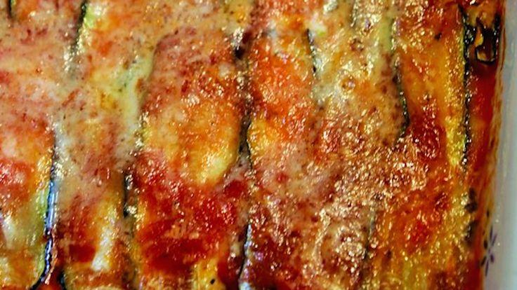 баклажанами и цуккини запеченые- Нарежьте овощи на тонкие ломтики около 3-4 мм и гриль их на чугунной сковородке.  Налейте несколько ложек томатного соуса на дно большой противень, накрыть слоем баклажанов, приправлено солью, перцем и орегано, добавить несколько столовых ложек томатного соуса, некоторые моцарелла, некоторые рикоттой и обильным опрыскиванием пармезаном. Повторите процедуру, чередуя слои баклажанов со слоями кабачки, пока все ингредиенты не закончатся.  Конец со слоем…