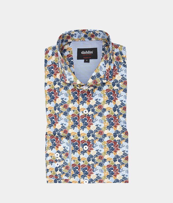 Ljusblå skjorta med blommigt printmönster
