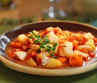 Mustig och aromatisk fiskgryta med tomat. Potatis, morot, lök, timjan, tomater, citron och fiskfilé ger en fiskgryta med mersmak! Servera gärna med baguette och aioli.