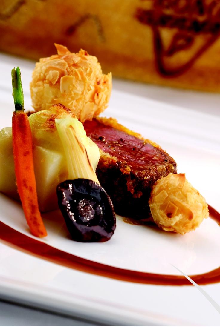 Filetto di manzo chianino in crosta di Grana Padano con friittelle alle mandorle e patate rosse