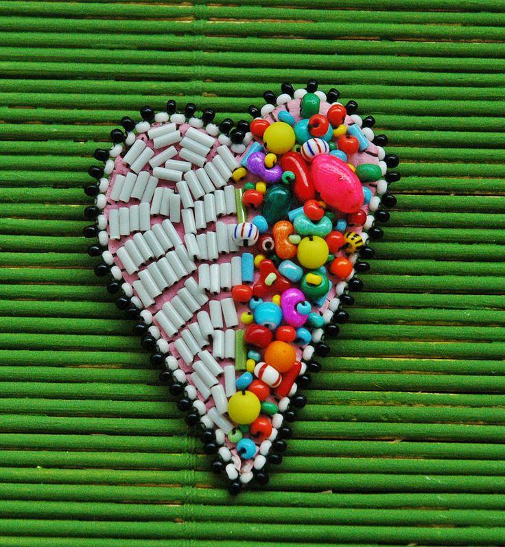 Srdiečko Single veselá brošnička pre singles, takto asi vyzerá, keď máte v srdci pre niekoho miesto brošnička je vyšívaná na koženke, použitá je zmes rôznych korálikov prevažne českej výroby cca 5 cm