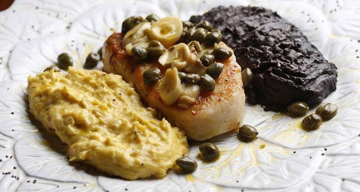 """O prato """"Encontro das águas"""", do Zefinha Bistrô, é uma posta de pirarucu entre os purês de banana pacovan e açaí"""