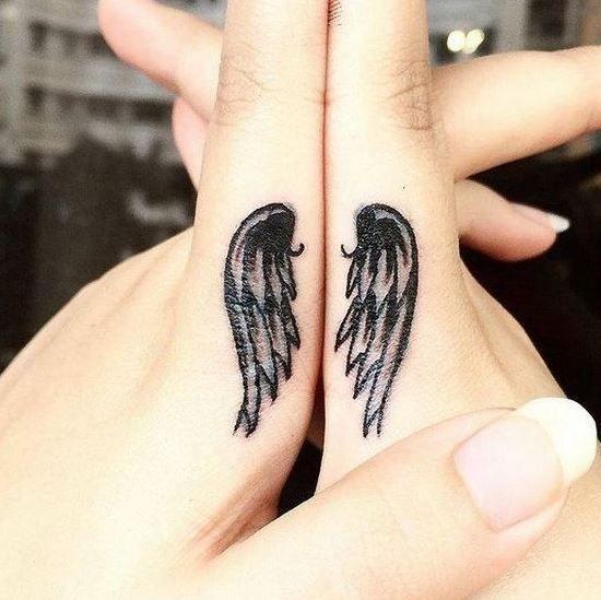 Um par de ASINHAS, uma em cada dedo.