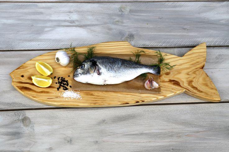 Vis ligt klaar voor de BBQ op een Pimenta Loreti Vis Serveerplank.  www.pimentaloreti.nl