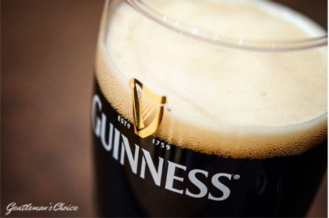 Pierwsze skojarzenie z Irlandią? Dosyć oczywiste – czterolistna koniczyna, dzień świętego Patryka i malownicze portowe miasteczka. Jednak każdy piwosz na pierwszym miejscu wymieniłby legendarne irlandzkie piwo – Guinnesa!  beer/ alcohol/