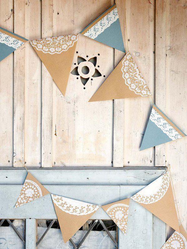BANDERINES DE COLORES Si quieres que tus invitados se fijen en algo concreto (una figura, una fotografía, un dibujo), lo mejor es que lo enmarques. Emplea para ello un paspartú o, como aquí, una guirnalda DIY hecha con banderines de colores decorados con blondas de papel. ¿Te imaginas una idea mejor para llamar su atención?
