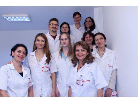 Suntem o echipa formata din 4 medici ORL ,1 medic specializat in alergologie-imunologie clinica si 3 kinetoterapeuti. Toti medicii din clinica au facut specializari atat in Romania cat si in strainatate, orientate in special pe diagnosticarea si tratarea diferitelor tipuri de vertij – sindrom vertiginous periferic,vertij de pozitie, boala Meniere, neuronite vestibulare.