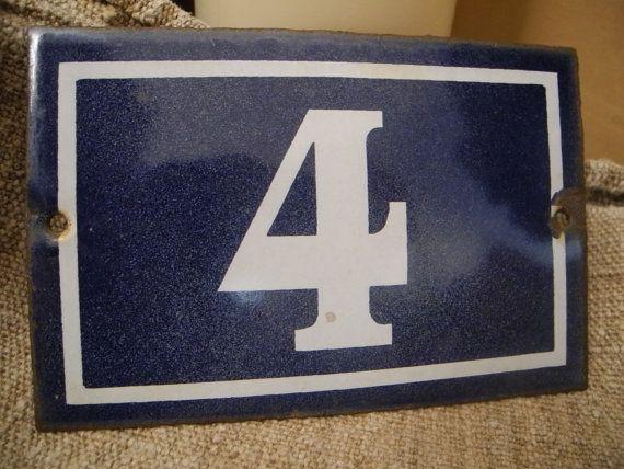 Ancienne plaque émaillée de rue numéro de maison 4  bleue
