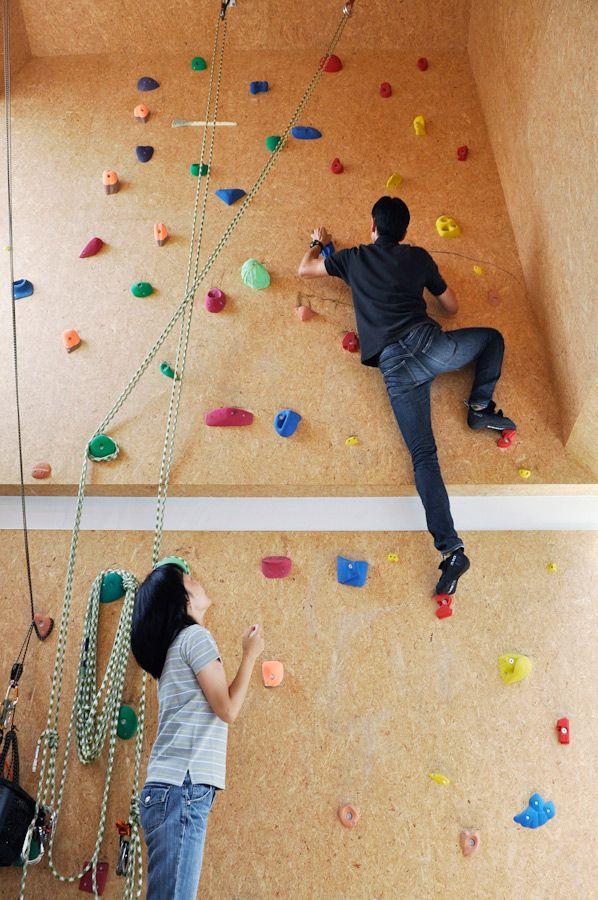 ご主人にはいまだに登れないルートがある。「黄色いルートはホールドが小さいためどうしてもつかみきれず体が支えられないんですよ」。