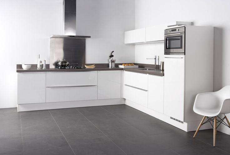 Bruynzeel Keukens fronttype Pallas keuken in het wit hoogglans met stijlgreep is ook een keuze binnen Woonsfeer Design.