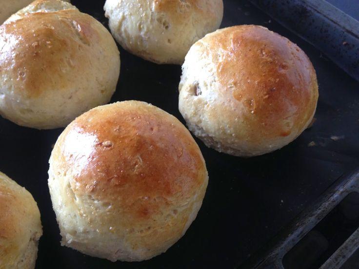 Det er ikke sidste gang jeg bager disse luftige og lækre boller. Jeg fik bikset opskriften sammen en dag, hvor det sidste hytteost i kølesk...