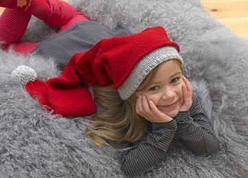 Nissehuen er strikket og rigtig lang, en klassisk nissehue til både drenge og piger.