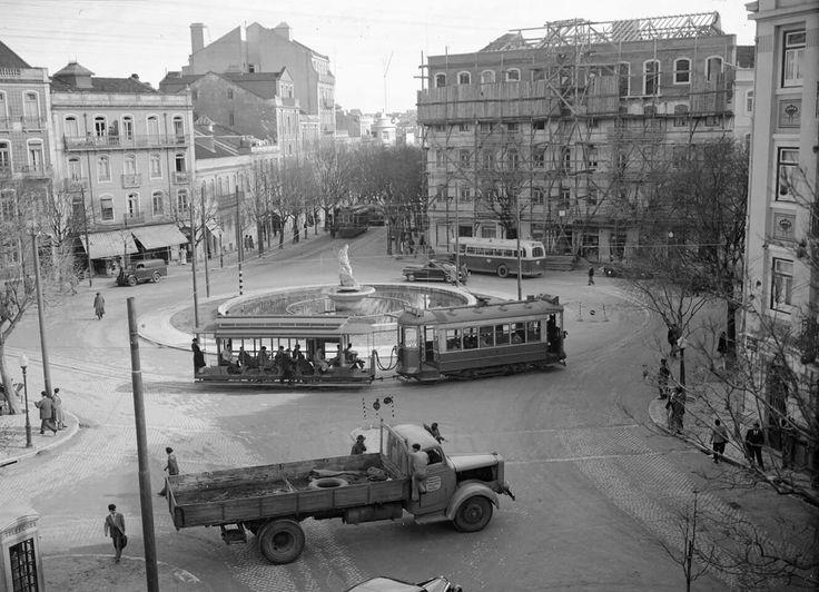 Uma bela imagem do Largo de Dona Estefânia depois das obras e colocação da estátua de Neptuno. 1951 Fotografia : Costa, Firmino Marques , Arquivo Municipal de Lisboa