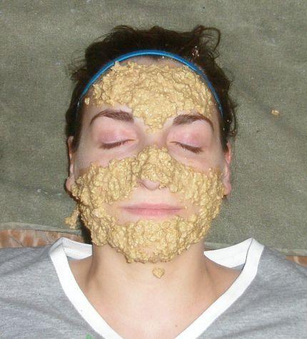 Ежедневная экспрес маска для лица:Одна столовая ложка овсяных хлопьев; Три капли имбирного сока; Один стакан воды.Залить овсянку крутым кипятком на 5-7 мин. добавить сок нанести на лицо на 3-5 мин.