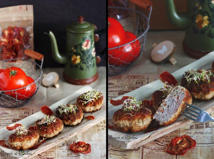 Minced chops with dried tomatoes Kotlety mielone z suszonymi pomidorami, czyli ciekawsza odsłona tradycyjnych mielonych kotletów. Soczyste mięso i aromat suszonych na słońcu pomidorów.