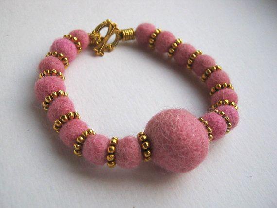 Bracciale con perle di feltro rosa tenue di Avanzidicraftroom