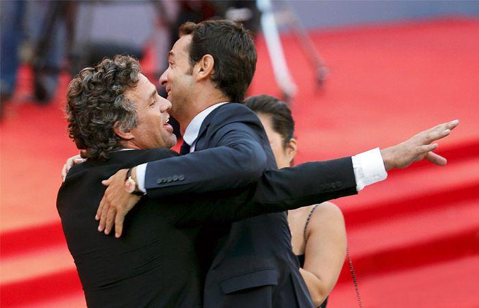 2015. Американский актер Марк Руффало (слева) на красной дорожке Венецианского кинофестиваля