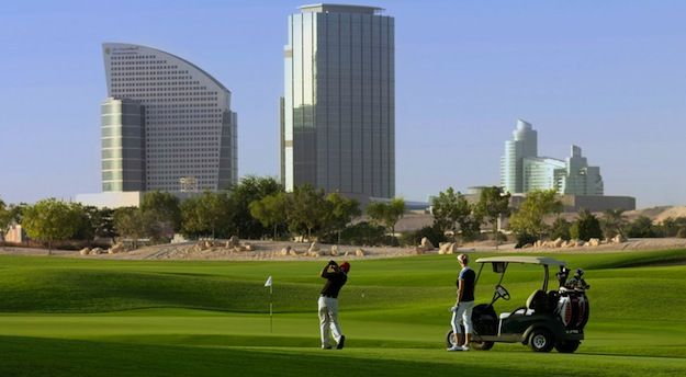 """Al Badia Golf Club AR 72 DESIGN ROBERT TRENT JONES II BLÅ TEE 6 726 M RÖD TEE 5 395  Mästerskapsbana designad av Robert Trent Jones II. Al Badia har en arabisk oas- layout med mycket vattendrag och """"sandfloder"""". Det är en såväl utmanande bana för den mer rutinerade golfaren som även välkommande för medelhandikappren, med fyra olika tees att välja på. Fint klubbhus med jazuzzi och bastu för att koppla av efter rundan."""