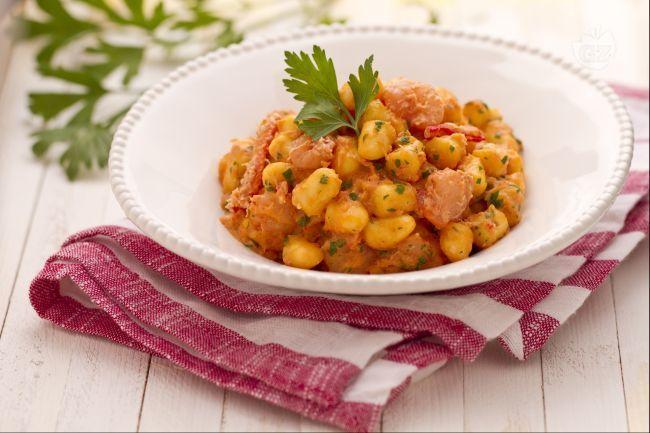 Gli gnocchetti con polpa di granchio e gamberetti sono un primo piatto di pesce molto delicato e sfizioso, ideale da preparare quando si ha poco tempo