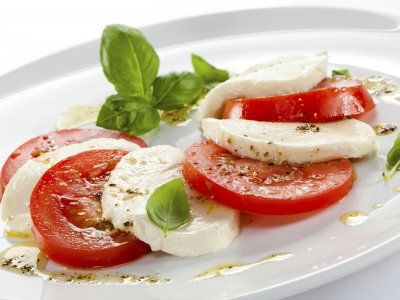 Receta de Ensalada de jitomate y queso panela | Rica ensalada light de queso panela, jitomate en rodajas y albahaca