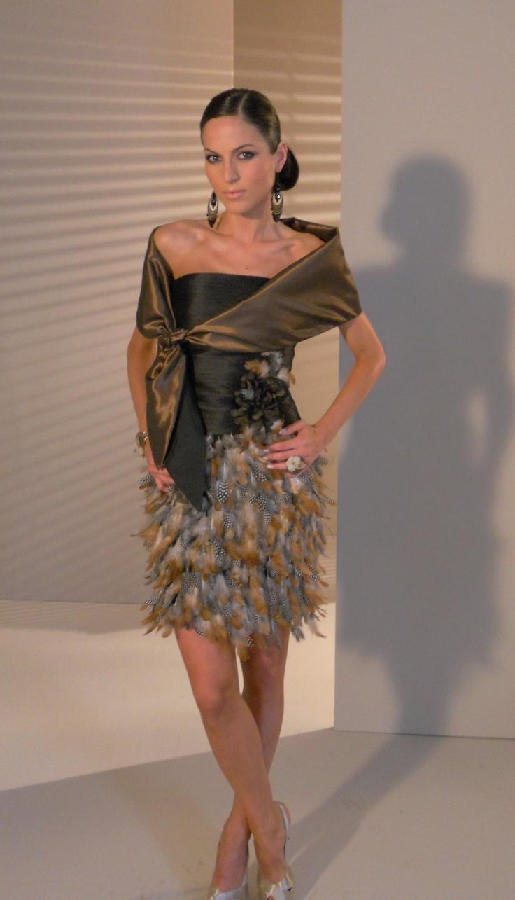 Vestido corto con falda de plumas