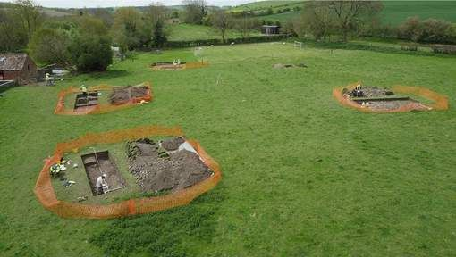Luke Irwin wilde elektriciteitskabels leggen in zijn tuin in het Britse Wiltshire. Maar tijdens de werken trof hij een mozaïek in uitstekende staat ...