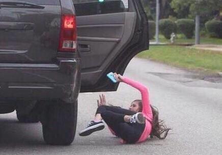 -Toma, pone que traje el CD de Romeo Santos  -