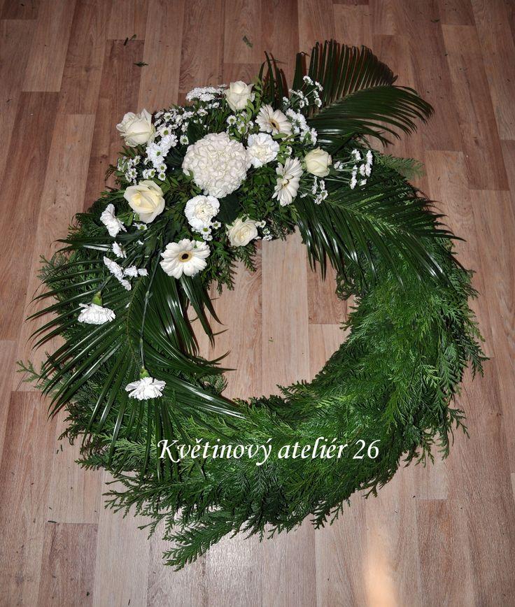 Květinový Ateliér 26 - věnec na pohřeb vázaný bílý