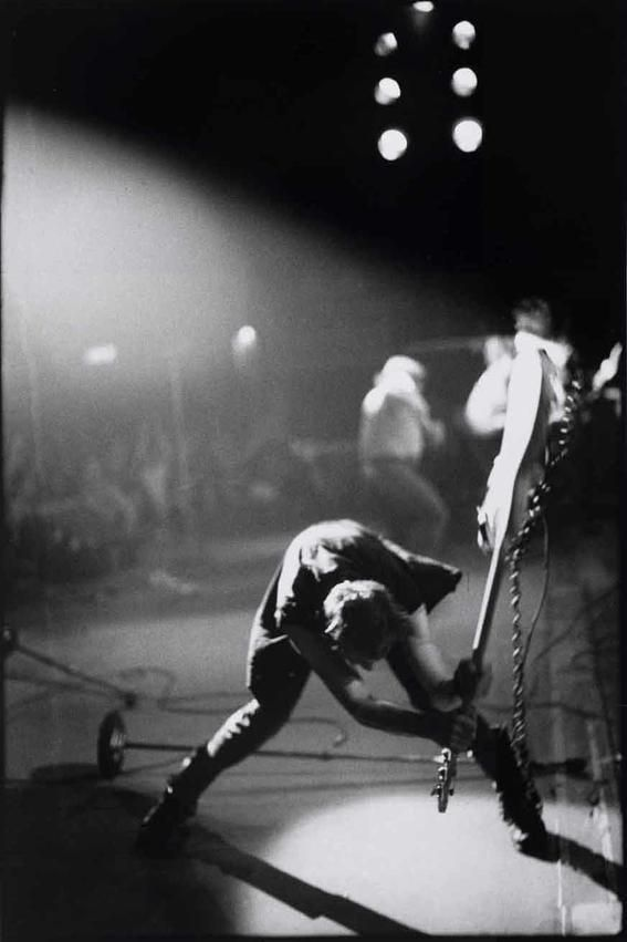 A great poster of the album cover from The Clash London Calling! Paul Simonon smashing his bass is pure Punk! Check out the rest of our fantastic selection of The Clash posters! Need Poster Mounts. Rock And Roll, Rock Lee, Punk Rock, The Beatles, Rock Internacional, Historia Do Rock, Mundo Musical, Paul Simonon, Alternative Rock