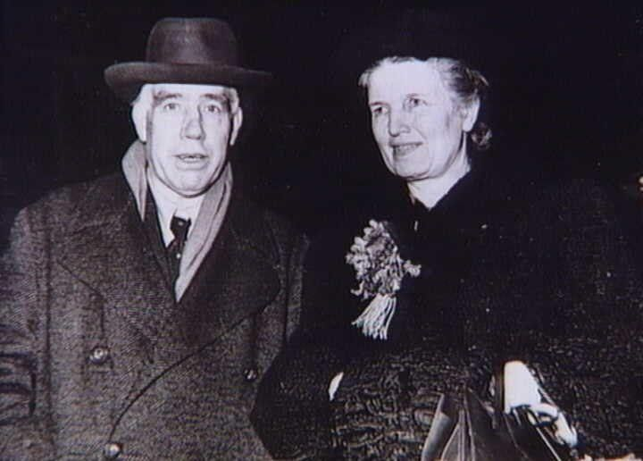 Bohr, Niels. 1885-1962. Atomfysiker. Fra 1921 leder af Københavns Universitets Institut for teoretisk fysik. Nobelprisen i fysik 1922. Flygtet til Sverige 1943. Herfra videre til USA, hvor han tilknyttedes den forskergruppe, der udviklede atombomben