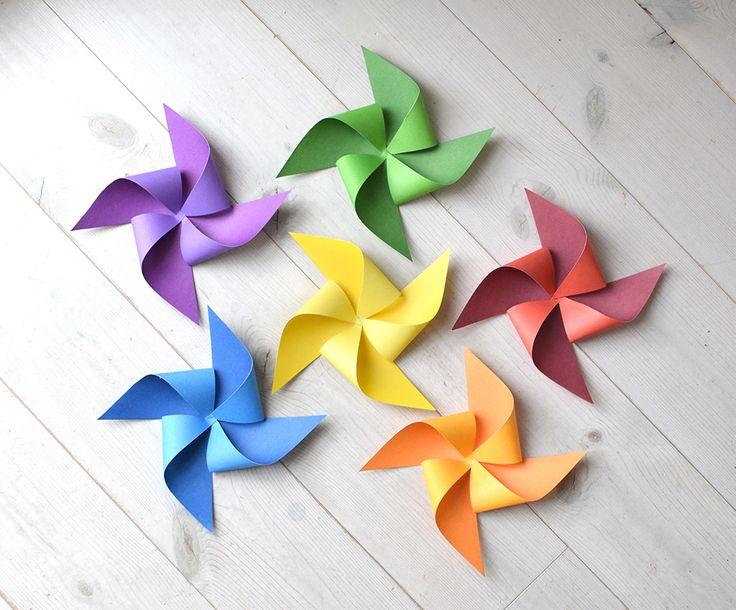Att göra vindsnurror av papper är enkelt, kul och blir till, inte bara roliga snurror, vackra dekorationer. Göra vindsnurror Dessa är av papper med två olika nyanser av en färg på var sin sida...