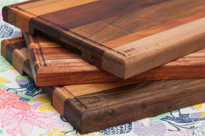 Tablas para picar construidas de forma artesanal con distintos tipos de madera. Algunas de ellas son: lenga, guayubira, haya, petiribi, guatambu, algarrobo, cancharana, roble, incienso, etc. Cada tabla es unica, no hay dos iguales.  Medidas aproximadas: 40cm X 25cm
