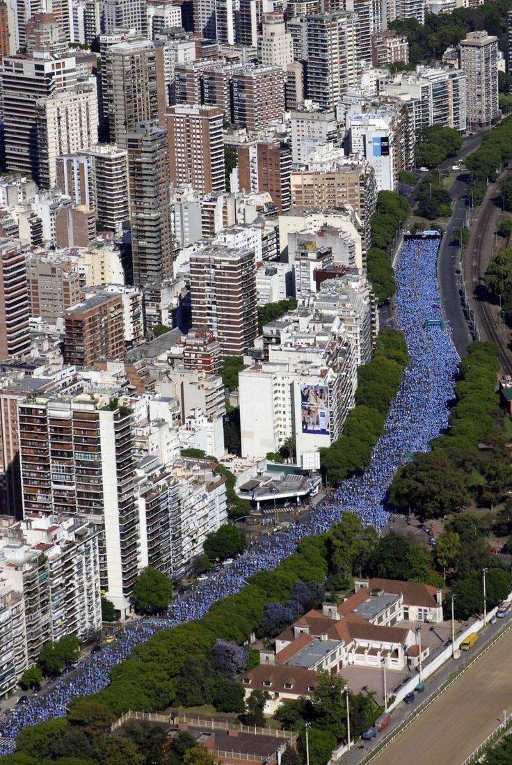 unos edificios en Buenos Aires, Argentina ... altos ... modernos ...  Maratonistas atravesando Av. 9 de Julio. ...