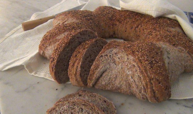 La ricetta del pane integrale di Sara Papa per 1 kg di pane 1 kg di farina integrale 750 g di acqua 250-300 g di lievito madre 17 g di sale 1) Versare l'acqua nella farina tutta in una volta. La farina integrale è ricca di fibre e necessita di molta idratazione, quindi di una quantità …