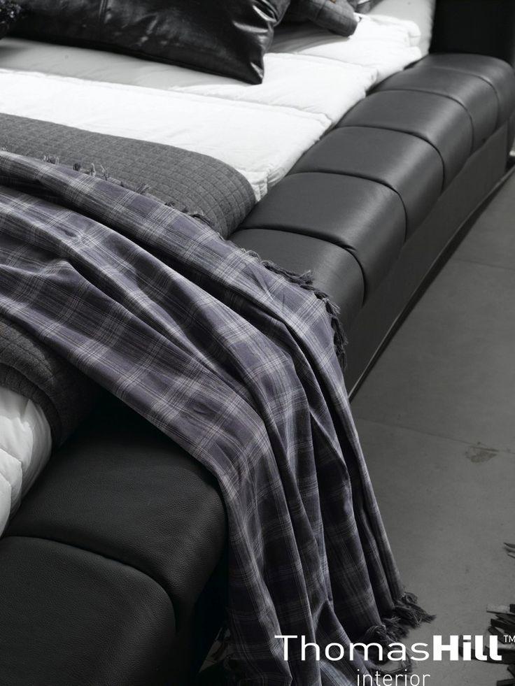 Nærbilde av vår poppulære skinn seng Manhattan.