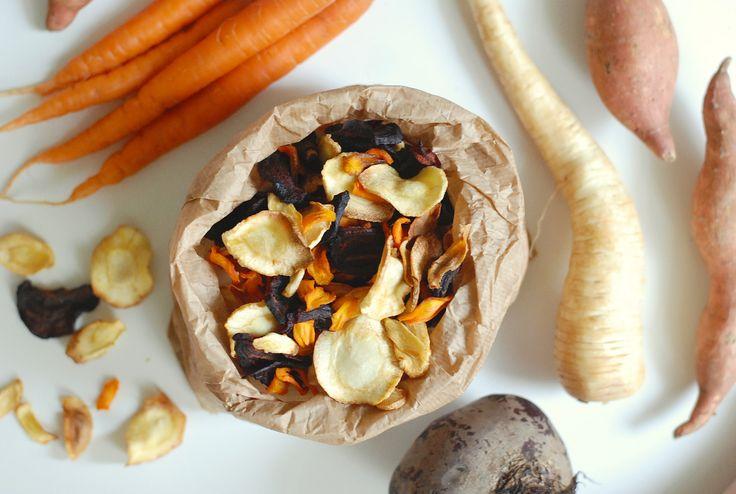 Recept na Domácí zeleninové chipsy z kategorie fitness, vegetariánské, veganské, paleo:  2 batáty, 1 větší řepa, 2 mrkve, 2 petržele, ...