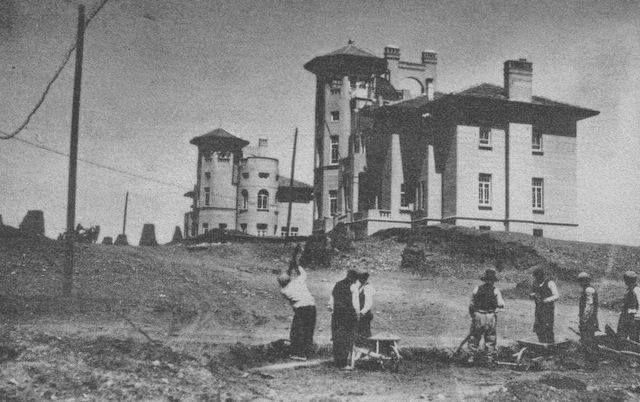 Cumhuriyetin ilk binalarından 2 kuleli bina. 1920 ler. Afganistan ve Macaristan Büyükelçilikleri. Soldaki bina yıkılarak yerine Onur İş hanı yapıldı. Sağdaki halen duruyor. En son hamburgerci idi. Şu an kiralık.