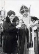 Mies Bouwman ontvangt Sinterklaas of Sint Nicolaas tijdens zijn intocht in Enkhuizen…