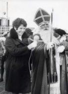 Mies Bouwman ontvangt Sinterklaas of Sint Nicolaas tijdens zijn intocht in Enkhuizen…#sinterklaas