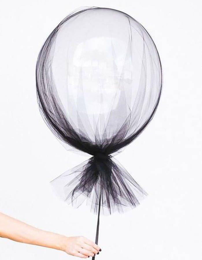 Habiller un ballon gonflé à l'helium de tulle