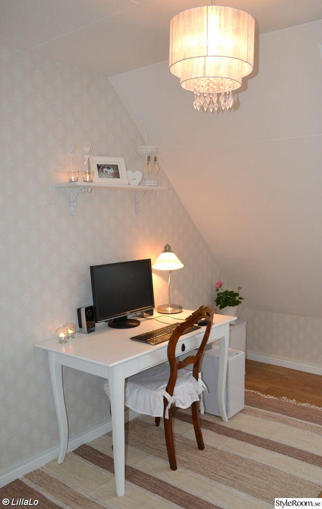 datarum,skrivbord,stol,rokokostol,lampa,dator,hylla,foto,smyckeshängare,hjärta,ljus,pelargon,trälåda,vitt,beige,lantligt,romantiskt,shabby chic